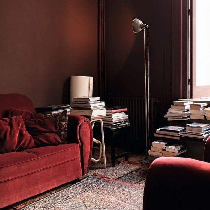 salon original déco rouge et marron, lampe de sol design industriel, sofas burgundy, peinture murale marron