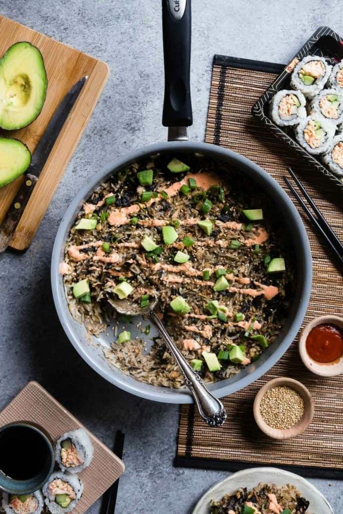 saumon aux épinards avec cuisson au poêle, soirée asiatique, plat japonais, combiné avec du sushi et de l'avocat, sauces épicées,ambiance conviviale pour une fête, menu de la semaine