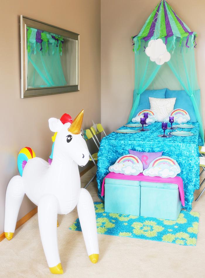 déco de table originale façon lit à baldaquin pour une soirée pyjama theme licorne