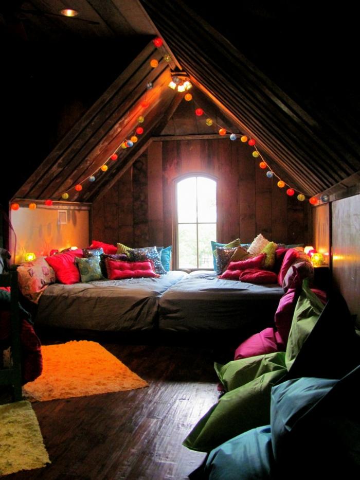 coin cosy avec un lit, une fenêtre, éclairage romantique, sol en bois, petits tapis moelleux