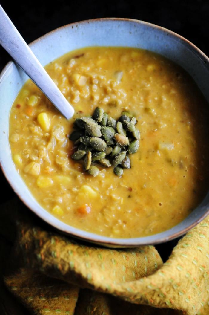 repas dietetique, recette minceur, menu de la semaine, soupe au mais et aux intérieurs de citrouille, repas du soir léger pour faire le plein de vitamines