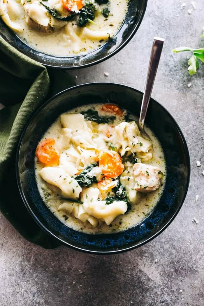 repas dietetique, poulet en soupe légère avec des carottes, du persil et du poivre noir, menu de la semaine avec des ingrédients sains, repas minceur