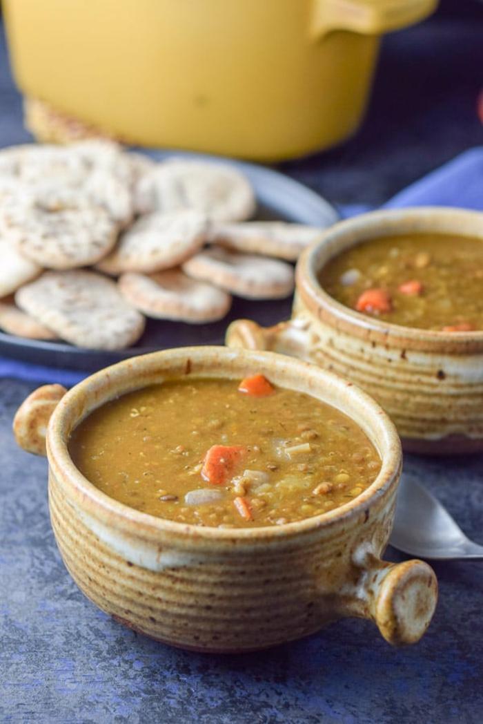 repas ditetique soupe aux lentilles, recette indienne avec des oignons et des carottes, soupe faite dans des pots de terre cuite, saveur douce