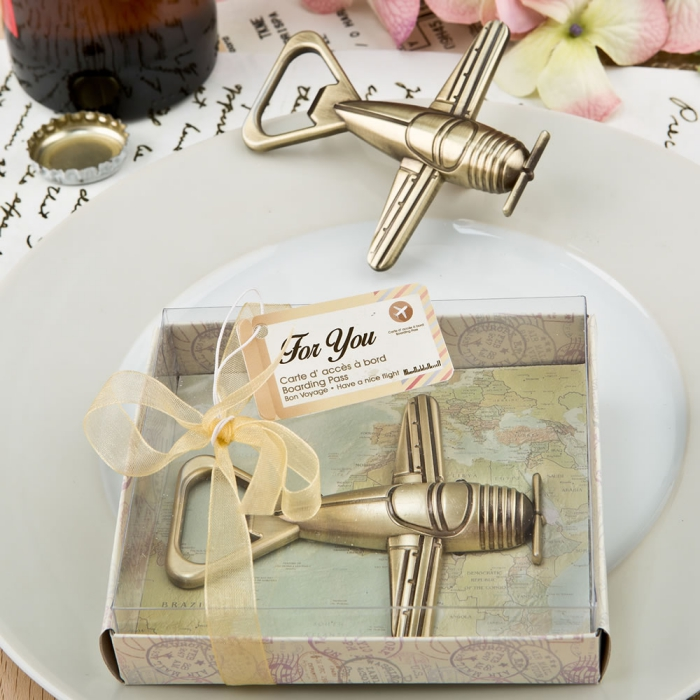 idée cadeau mariage dans une boîte à design carte de monde avec décapsuleur bière en forme d'avion doré