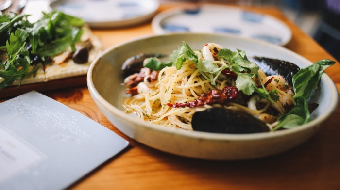 spaghettis aux moules et basilic pour une idee repas soir facile et rapide, recette de pasta aux fruits de mer facile