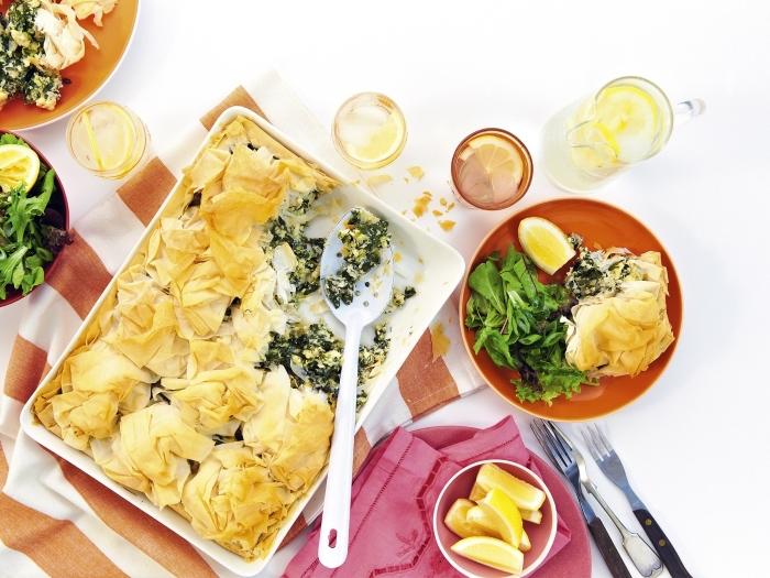 idee repas soir idée repas simple au fromage et épinards, spanakopita avec garniture de salade en épinards et jus de citron