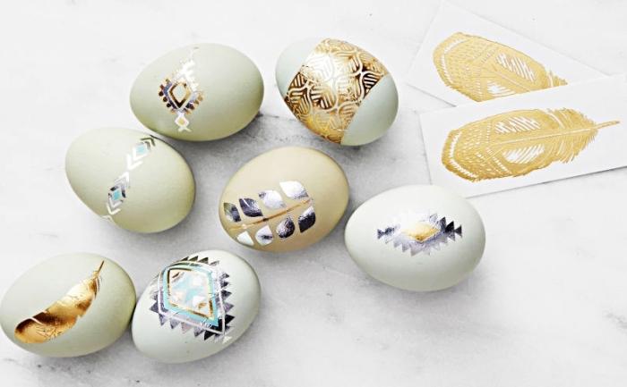 idée comment utiliser des stickers tatouage éphémère à design bohème feuille dorée pour décorer les oeufs de paques