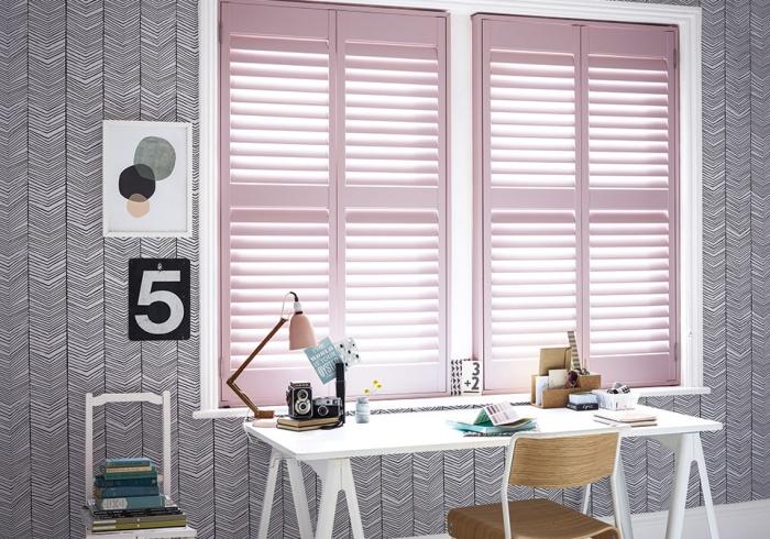 idée aménagement bureau à domicile, pièce aux murs en papier peint design géométriques en blanc et noir avec peintures