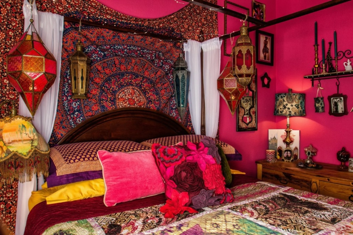 un coin fantastique en style oriental, tapis patchwork, lanternes marocaines suspendues