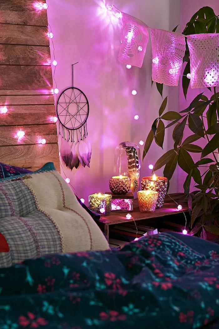 bougies allumées, linge de lit artistique, attrape-rêve indien, ambiance magique en lilas et bleu