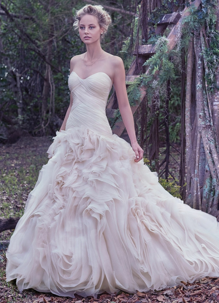 robe bustier couleur rose pâle, longueur en volants, chignon, mariée chic