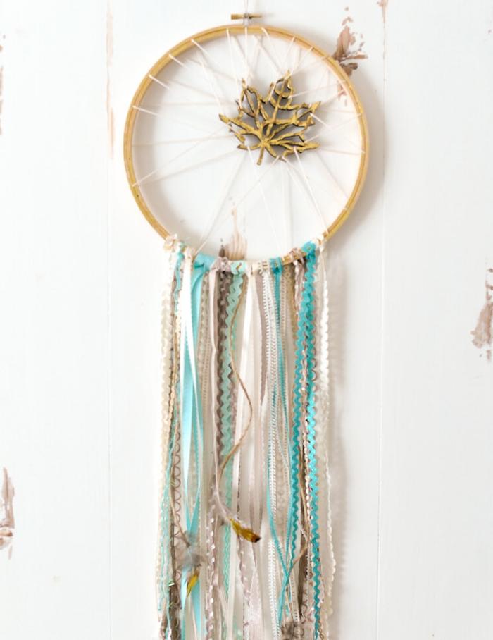 idée comment décorer un mur blanc, cerceau en tambour à broder, décoration feuille dorée, chutes de dentelle blanc, bleu et beige