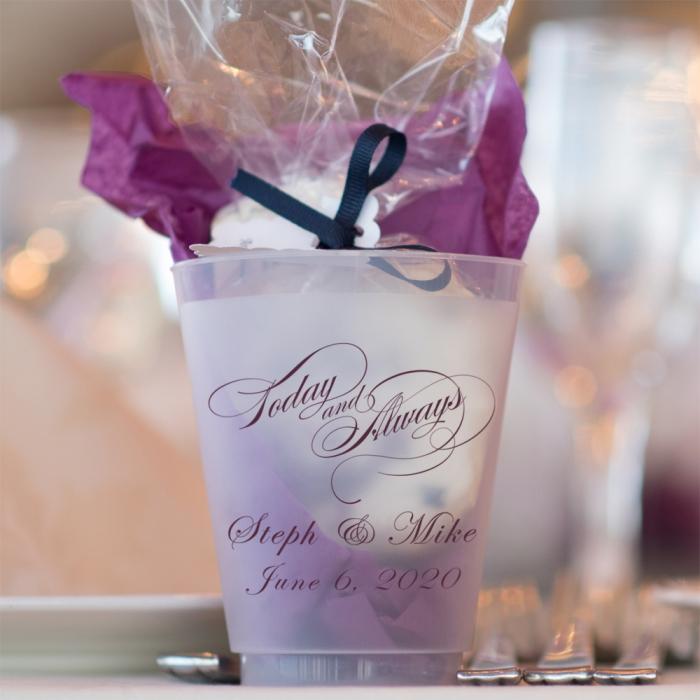 verre mate remplie de bonbons et sucrerie pour faire mariage surprise, modèle de verre avec gravure noms et date