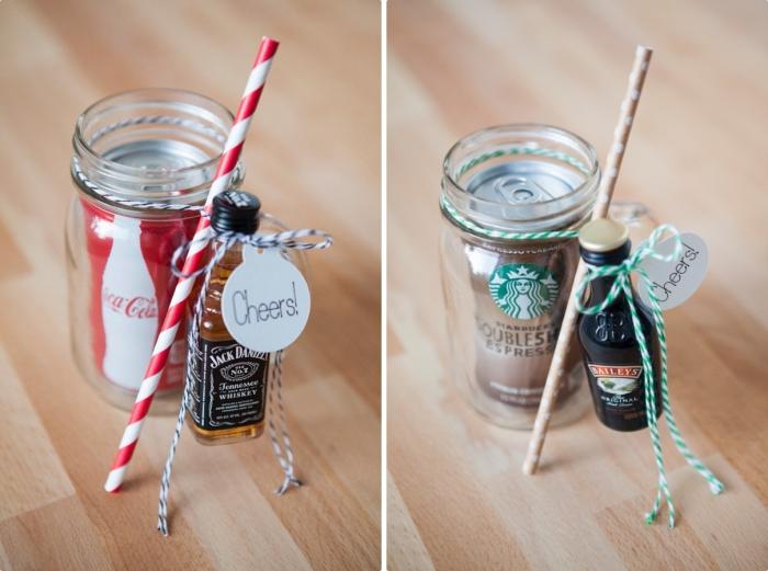 idée cadeau mariage avec mini bouteille d'alcool et coca cola, bocal surprise pour les invités au mariage