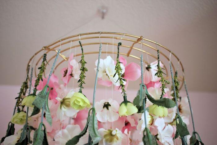 suspension en métal avec des fleurs suspendues, activité créative pour votre décor de paques et de printemps