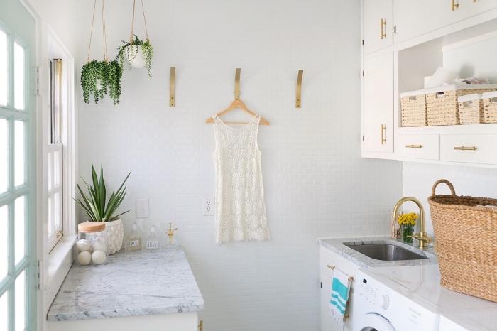 déco de style bohème chic avec suspension pour fleurs et crochets pour vêtements sur les murs, déco en blanc et beige