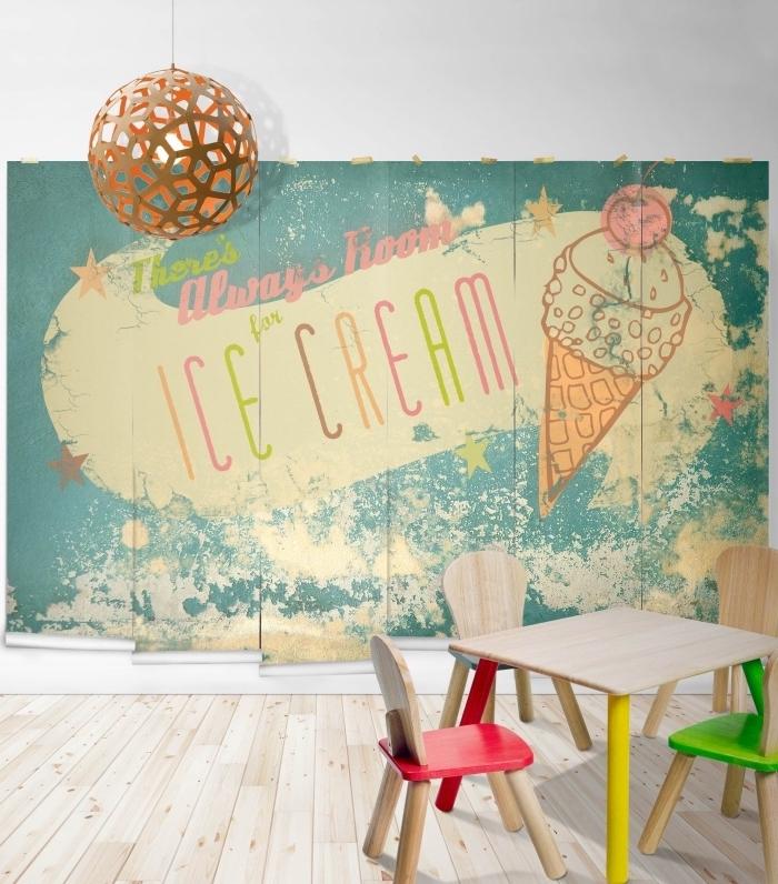 déco chambre enfant avec papier peint pas cher à design sucré, petits meubles de bois clair avec touches colorées
