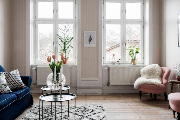 déco de salon aux murs blancs avec pan de papier peint en rose poudré, intérieur design rétro avec meubles modernes