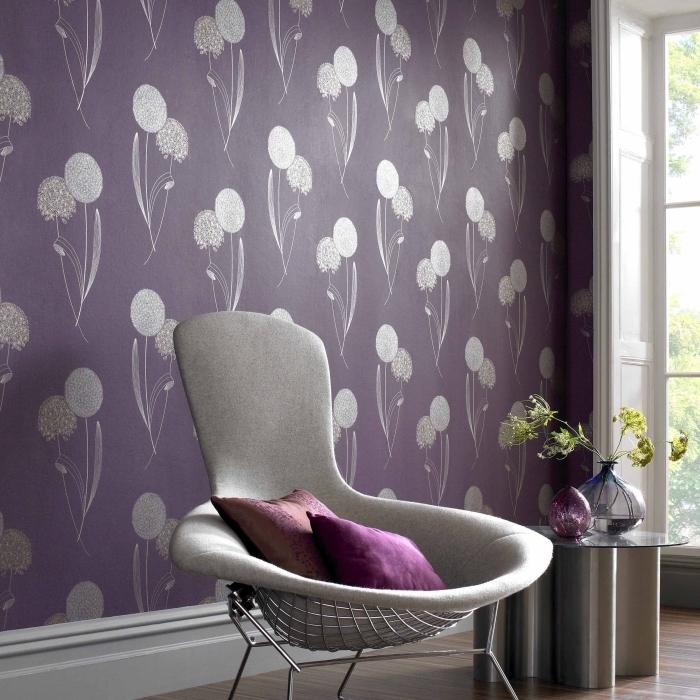 intérieur accueillant en couleurs gris et violet, modèle de papier peint fleuri de nuance violet avec fleurs grises