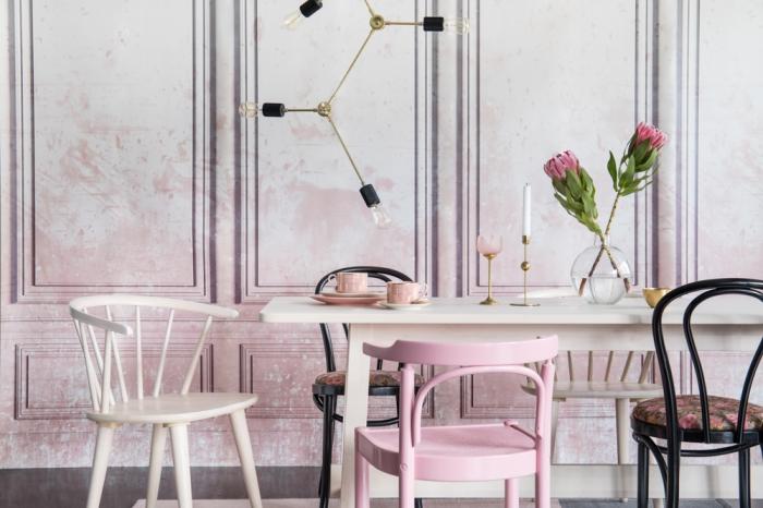 exemple de peinture rose poudré sur murs en revêtement de bois en style vintage, déco de salle à manger avec table et chaise de bois design récup