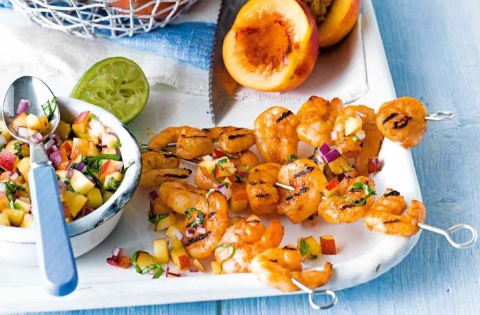idée repas simple avec crevettes, brochettes de crevettes sucrées au pommes rouges grillés avec sauce de citron verte