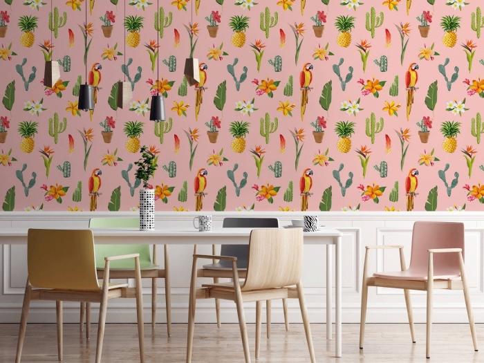 aménagement de salle à manger avec meubles de bois et éclairage industriel, revêtement mural avec papier peint tropical
