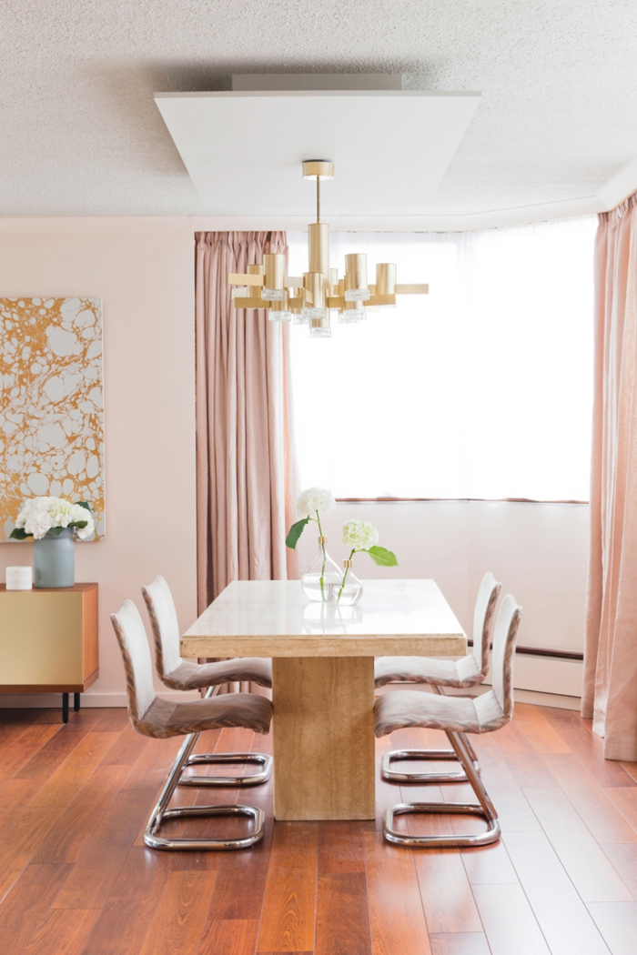 aménagement salle de séjour avec grande table de bois et chaises rose pale, modèle de rideaux longs en couleur rose pastel