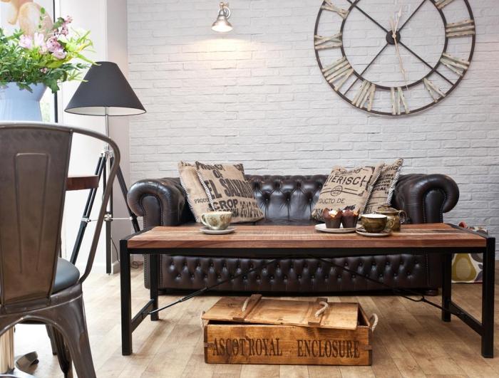 exemple de salon industriel avec mur en papier peint brique blanche et meubles de bois foncé, déco avec coussins marron