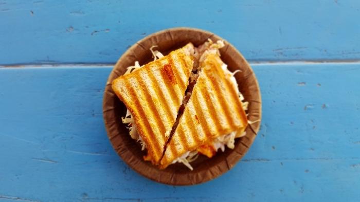 idee repas soir facile à préparer rapide entre amis, exemple sandwich grillé au fromage et salade de chou et carottes