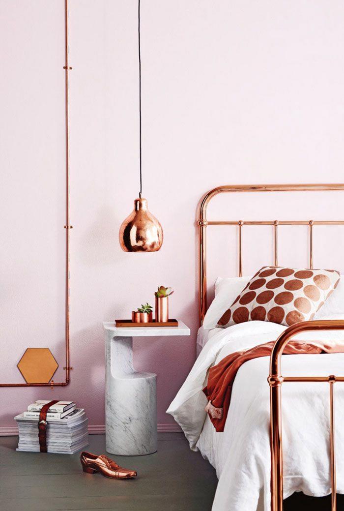 avec quelle couleur combiner le rose gold, déco de chambre à coucher en rose poudré avec objets de cuivre