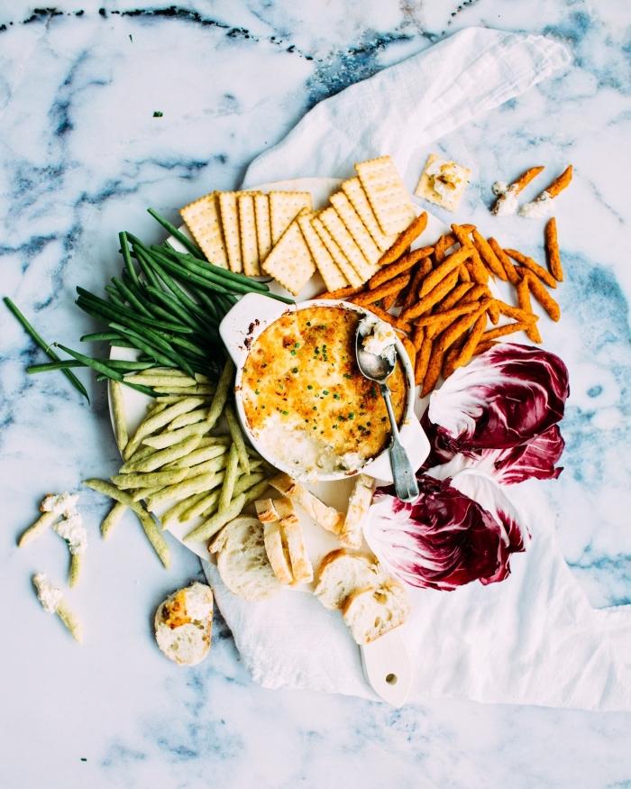 quoi manger ce soir vite fait, pommes de terre et fromage au four servis dans une assiette ronde avec garniture d'haricots verts rôtis