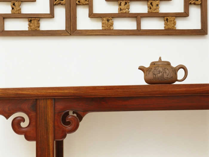 deco zen, couleur zen, amenagement salon, table en style oriental avec une théière, panneau mural en bois avec des figures graphiques