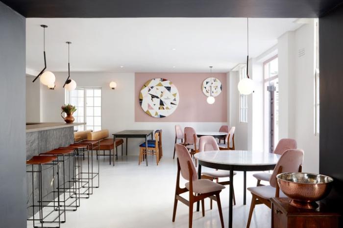 intérieur design pour un salon ou chambre rose et gris, aménagement salle de séjour avec meubles de bois et bar gris