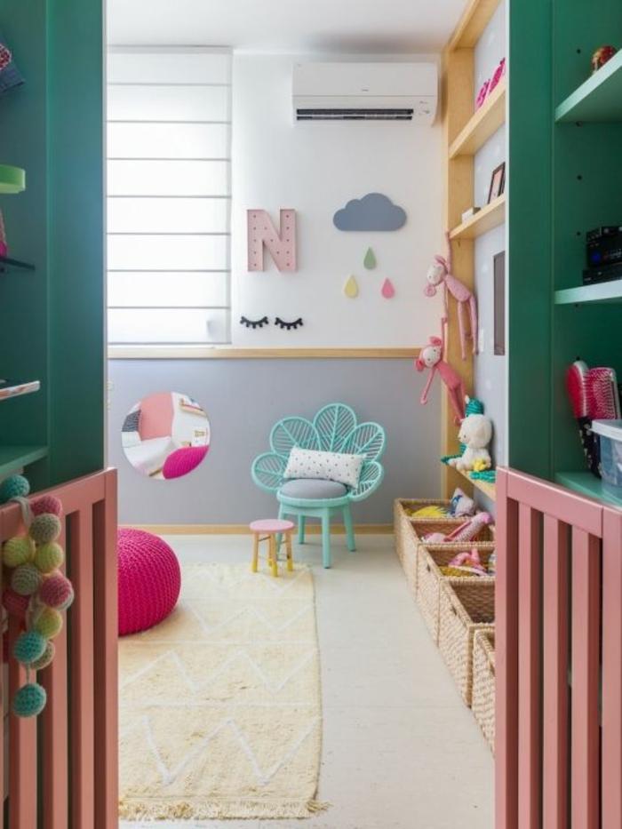 chambre en vert menthe et blanc, décoration chambre bébé fille, tapis en couleur crème, petit fauteuil en métal bleu turquoise, étagères en bois clair, éléments en rose bonbon