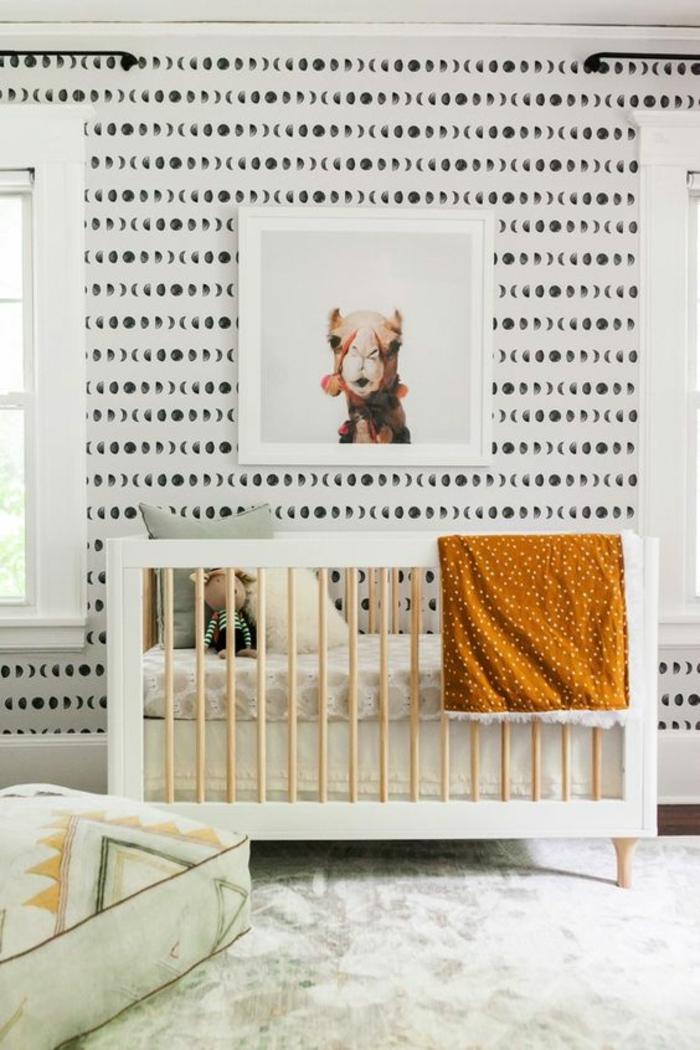 tableau chambre bébé, chameau souriant dans un cadre blanc, mur en noir et blanc, fenêtres cadres blancs, tapis blanc et pistache