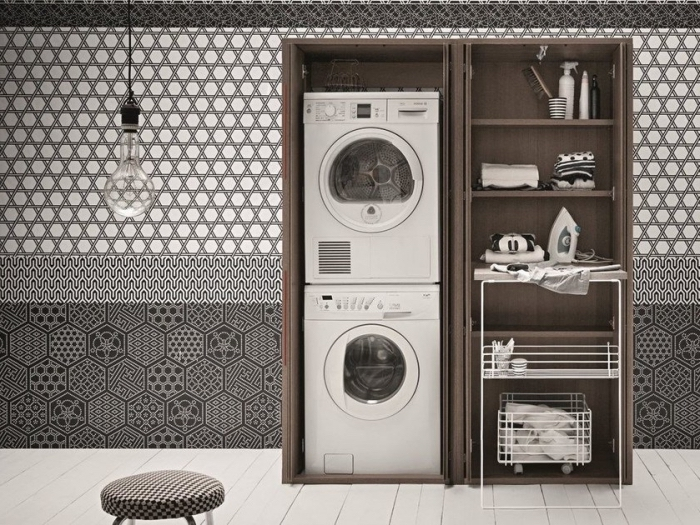 amenagement cellier avec papier peint aux motifs géométriques en blanc et noir, placard avec machine à laver et rangements