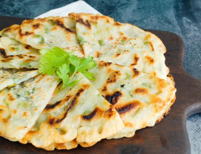 tacos aux épinards avec du persil, plat au four gourmand, tranches triangulaires, repas délicieux pour des soirées entre copains, gourmandise, repas dietetique, menu de la semaine