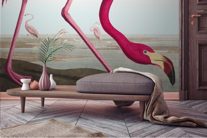 salon au plancher de bois et déco murale en papier peint oiseaux flamants rose, idée déco en style tropicale