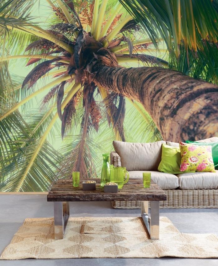 comment créer une ambiance tropicale dans le salon avec un modèle de papier peint exotique et meubles de rotin et bois