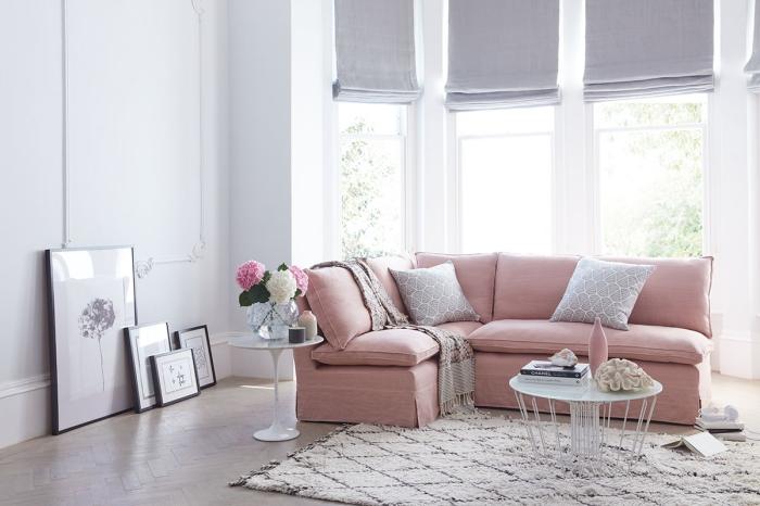 quelle couleur associer au gris, idée déco de salon stylé aux murs blancs et parquet de bois aménagé avec canapé rose poudré et tapis beige