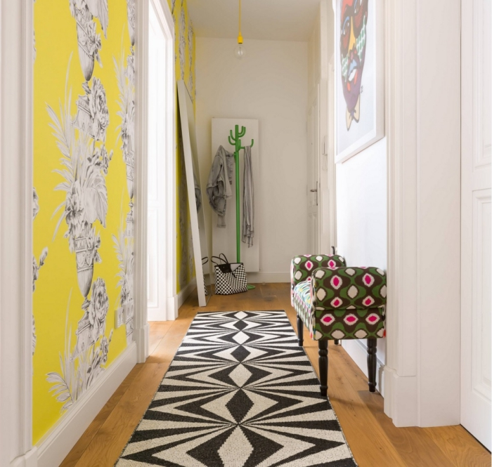 exemple de déco couloir avec couleurs vibrantes, modèle de papier peint partiel en blanc et jaune combiné avec porte manteau verte