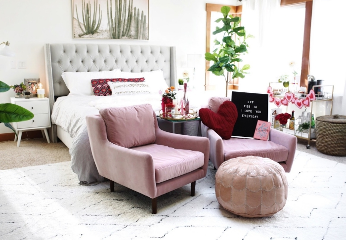 chambre rose et gris aménagée en style bohème chic avec objets exotiques, comment intégrer les plantes vertes dans l'intérieur moderne