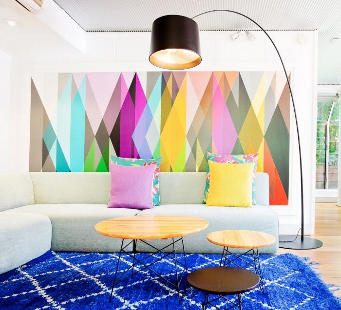 exemple de déco salon avec papier peint pas cher, combiner une peinture murale blanche avec pan de mur en papier peint graphique coloré