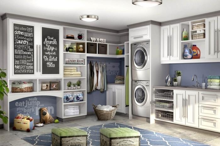 idée rangement cellier aux murs gris et bleus avec plafond blanc et carrelage sol beige, modèle de tableau à peinture ardoise