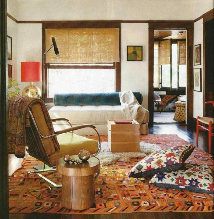 tapis bohème, fauteuil moutarde, coussins ethniques, tabouret en bois, sofa blanc
