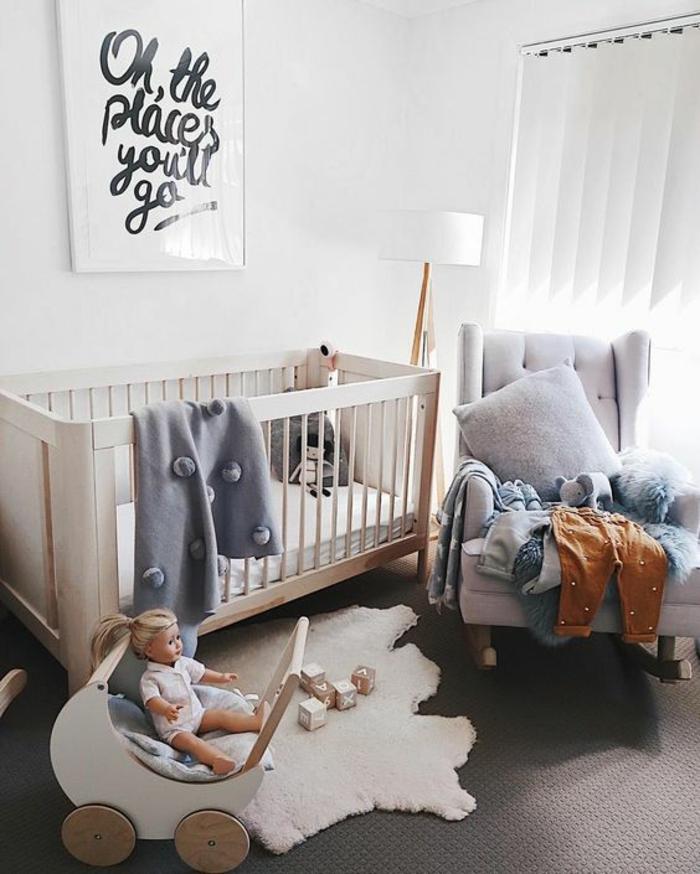 décoration chambre fille, cadre chambre bébé, stores blancs, lit fillette en bois clair en forme rectangulaire, grand fauteuil large en gris perle
