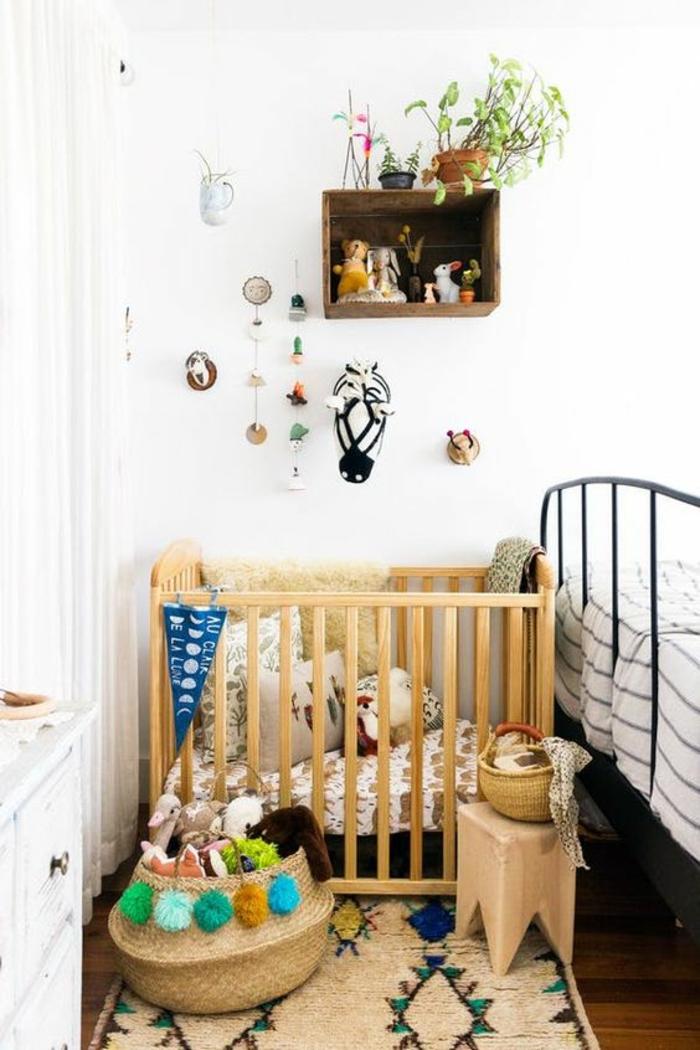décoration chambre bébé fille, lit en bois clair, étagère casier en forme carrée, petit tabouret en forme carrée, pots avec des plantes vertes, petits objets décoratifs suspendus au mur, tapis rectangulaire en style ethno