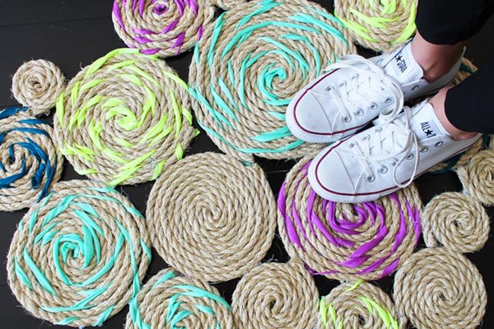 diy pour fabriquer un tapis de corde et de tissu couleur vitaminée, idée deco pour chambre à réaliser soi-mêê