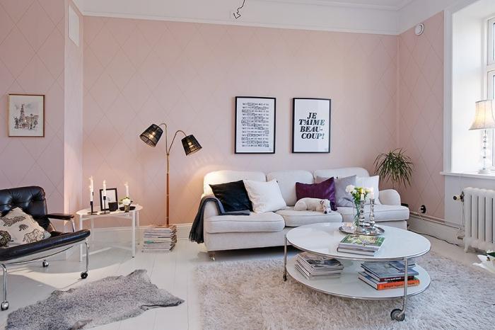 peinture rose poudré dans le salon, pièce aux murs rose et plafond blanc avec meubles blanc et noir, modèle de table basse et ronde pour le salon
