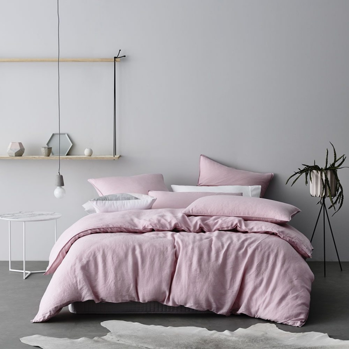 quelle couleur associer au gris, chambre aménagée en style minimaliste avec grand lit et étagères murales de bois clair